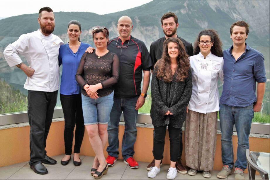 De gauche à droite, les couples d'aubergistes Cédric et Sandra, de Lieuche, Michelle et Pascal, de Thiery, Peter et Alice, d'Ilonse, Cécilia et Charlie, de Pierlas.