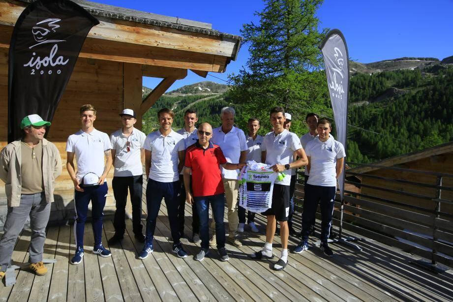 Warren Barguil a remis un maillot de son équipe à Jean-Marie Bogini, le maire d'Isola 2000, hier lors d'un apéritif de bienvenue organisé par la municipalité.