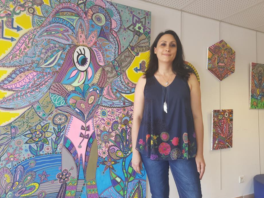 Céline Zambon a reçu le premier prix peinture Cap des Arts pour la toile située derrière elle.