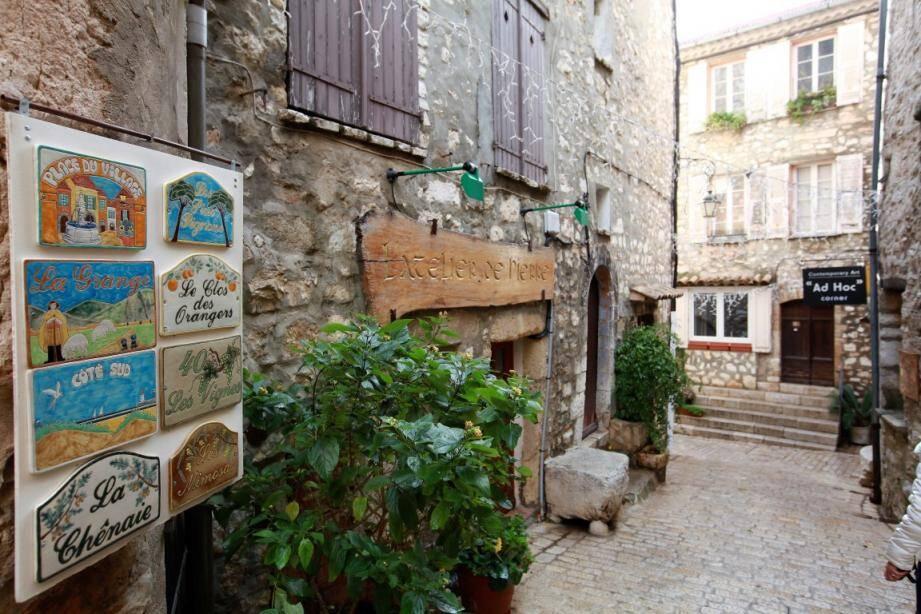 Tourrettes, ses violettes, son vieux village, attirent de nombreux visiteurs, mais les hébergeurs ne s'acquittent pas toujours de la taxe de séjour.