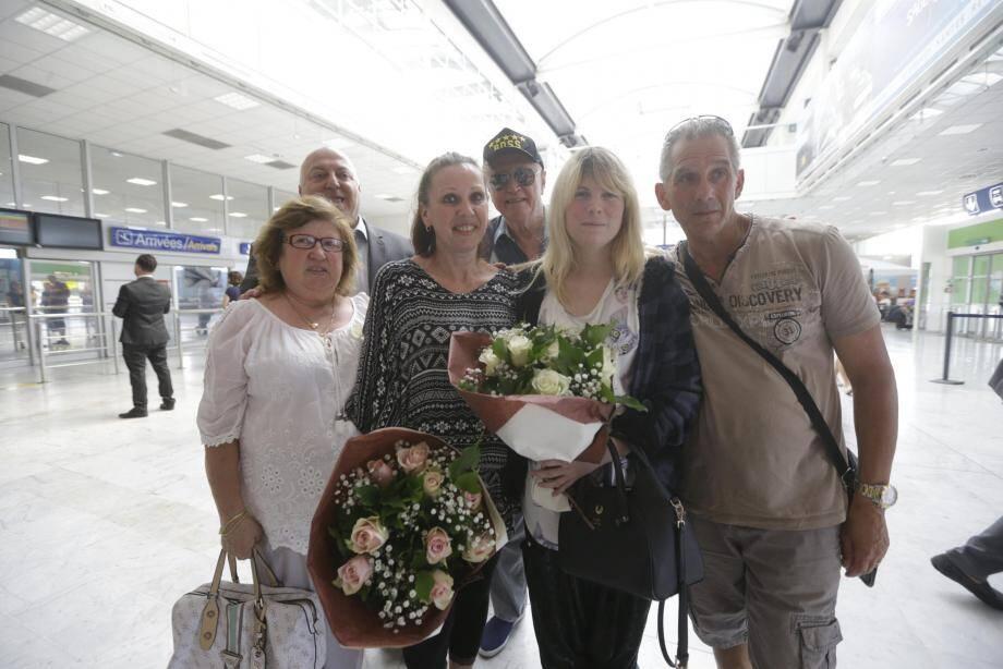 La famille de Sabrina entoure sa fille retrouvée, hier soir, à l'aéroport Nice Côte d'Azur.