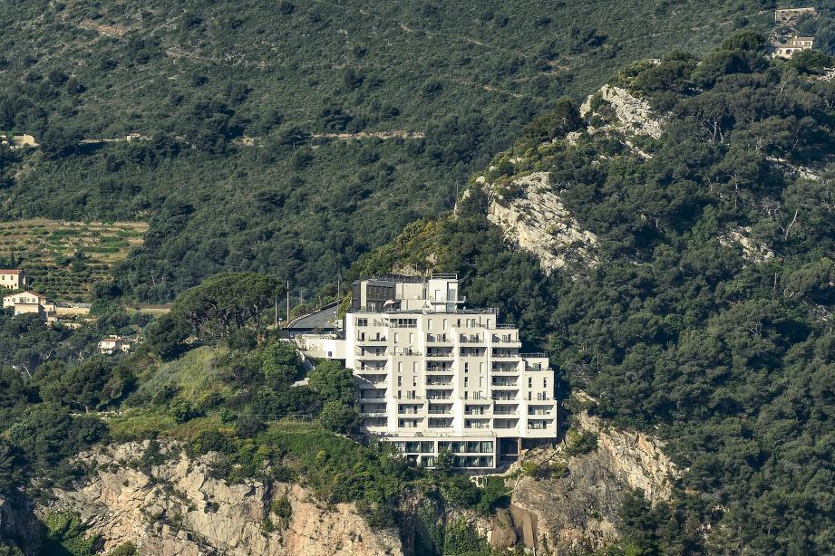 À flanc de falaise, il a fallu une certaine prouesse technique pour réaliser cette extension réhabilitation.