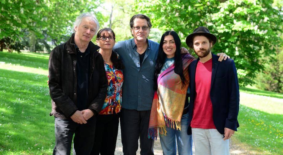 Autour de Francis Cabrel, de gauche à droite, Michel Bianco, Françoise Marchetti, Claudia Musso, Joris Barcaroli. Tous les cinq seront sur la scène de Rodez, le 19 juillet.(DR)