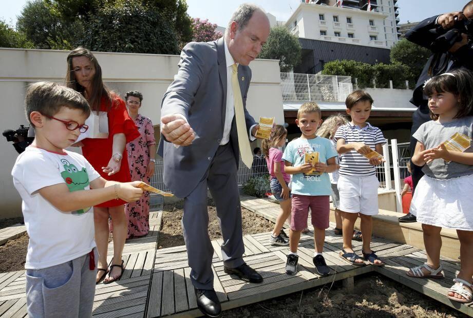Le souverain avec les élèves, sensibilisés à l'importance des abeilles.