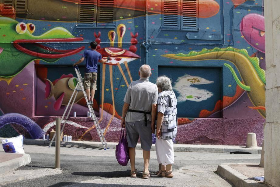 Cinq jours et au moins soixante heures de travail. Si le résultat est époustouflant et égaye les rues antiboises, la fresque street art inauguré hier représente un boulot conséquent.