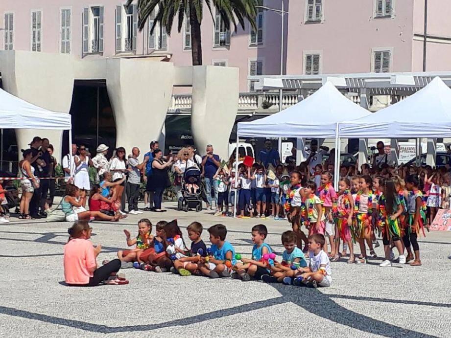 Sur le parvis du musée Cocteau, plus de 200 enfants des classes de CP de Menton ont chanté et dansé sous le regard conquis des parents et grands-parents !