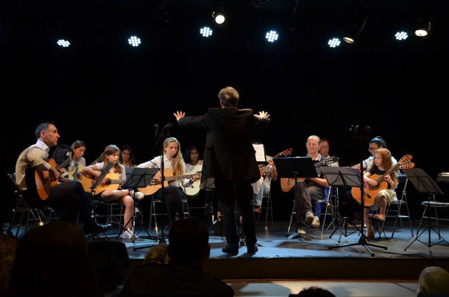 L'orchestre des guitares regroupant des talents intergénérations : la plus jeune a 7 ans et seulement 6 mois de pratique.