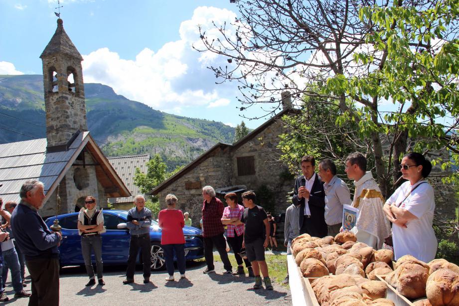 Les Péoniens se sont rassemblés à la Baumette pour le fameux pique-nique de la St Jean, avec cuisson des pains sur place.