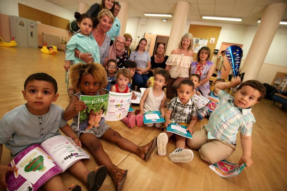 Accompagnés de leurs parents, les tout petits de l'école maternelle Saint-Charles ont reçu le premier prix du concours « donne un sens à ton assiette ».(F. F.)