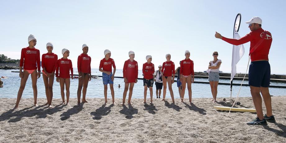 Sur la plage du Larvotto hier matin, le champion olympique Alain Bernard avait enfilé le maillot de l'instructeur.