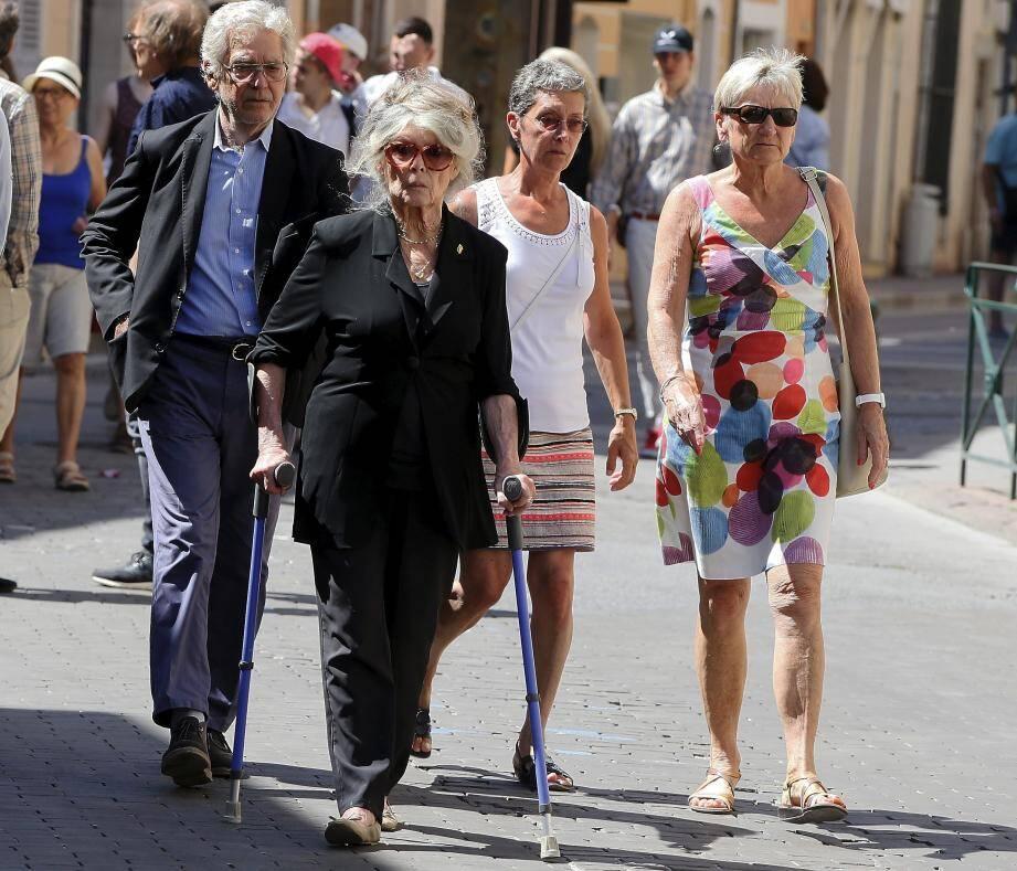 Brigitte Bardot a été accueillie à 15 heures à Saint-Tropez par le fils d'Anne Dussart, Pierre-Laurent (en bas à droite) avant de s'éclipser en mini-moke avec son mari Bernard d'Ormale (ci-dessus), sous les yeux des passants.