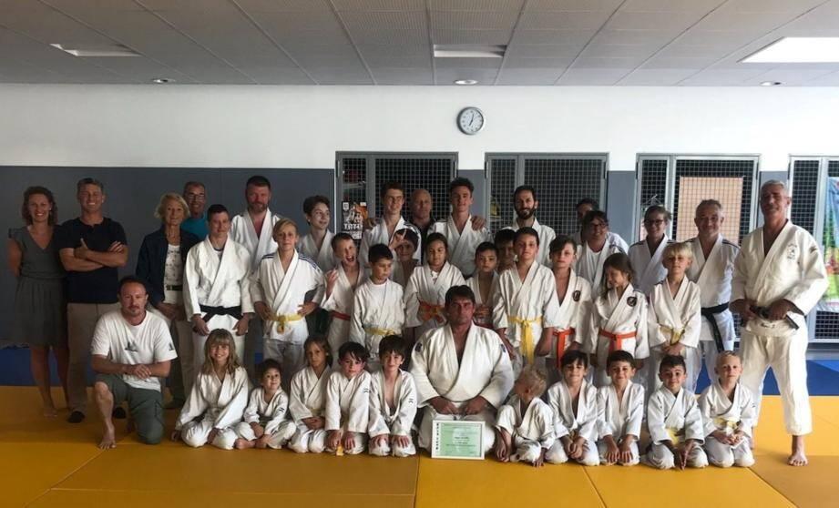 Philippe Gauthier, le récipiendaire du jour (au centre) entouré des jeunes du judo club.