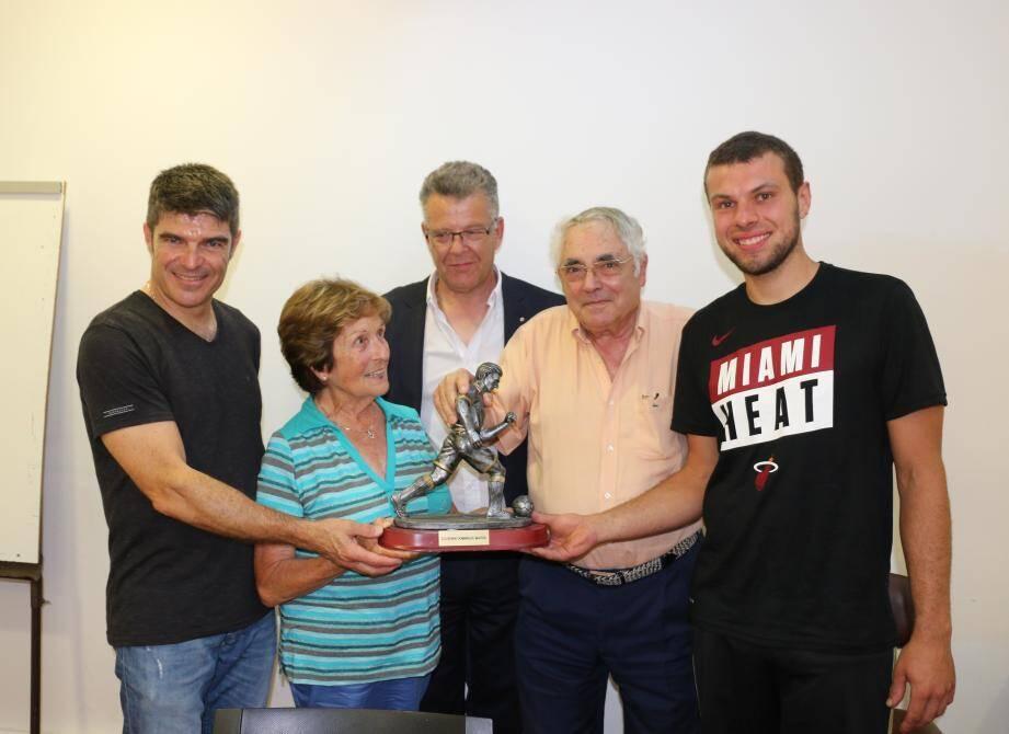 En présence de Pascal Mariini (à gauche), Patrick Scala et Guy Luault (au centre), Mme Mathilde Mariini remet le Challenge Dominique-Mariini à Jordan Ciasullo, vainqueur de ce tournoi pour la deuxième fois. (DR)