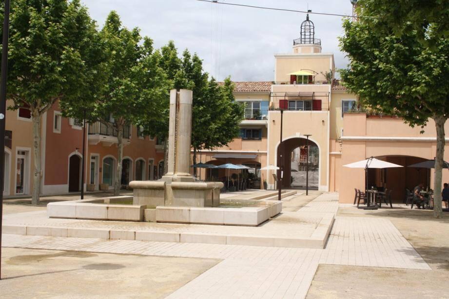 La place du centre village devenue place de Provence.