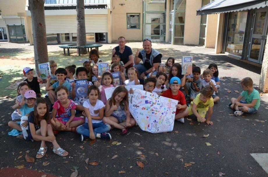 Les élèves ont préparé un chaleureux accueil à Denis Maccario dans la cour d'école, où se sont déroulés les échanges.
