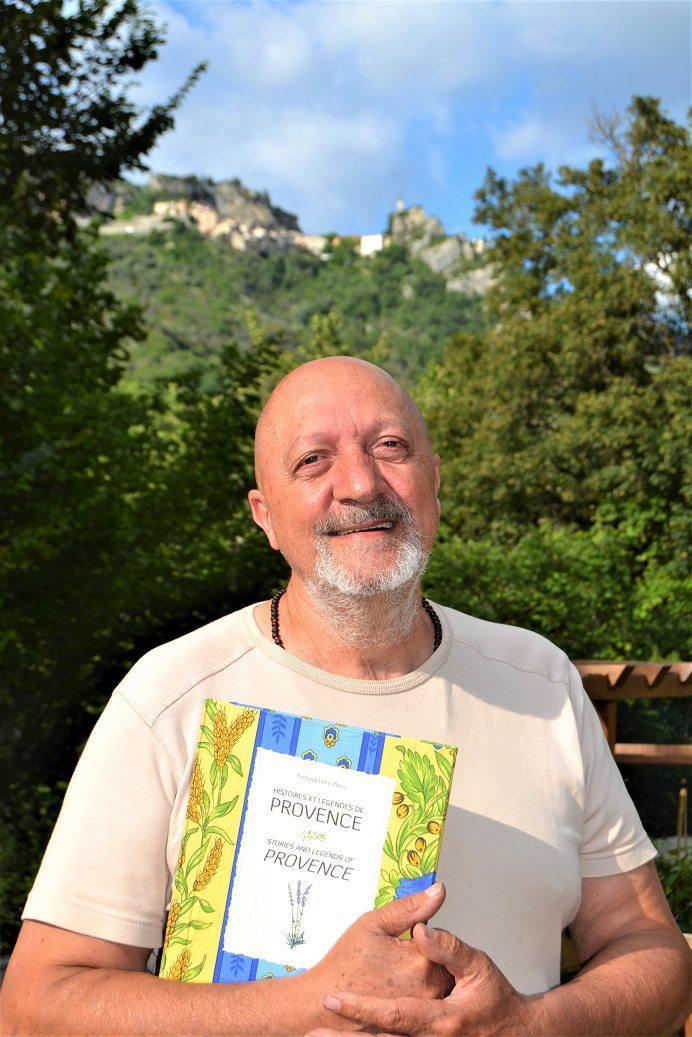 Richard Allouch porte sur le cœur son dernier ouvrage Histoires et légendes de Provence .