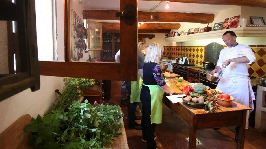 Une leçon de cuisine dispensée dans la cuisine provençale de la Bastide des saveurs.