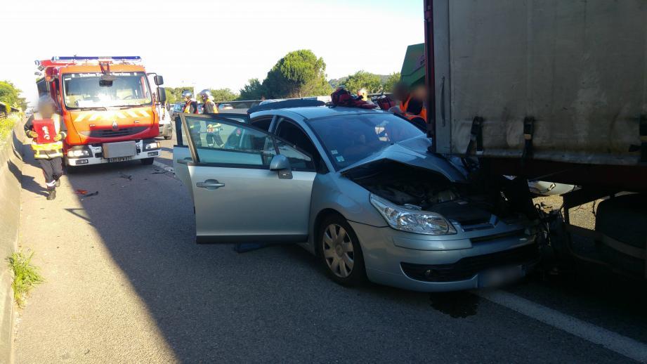 L'accident a impliqué deux véhicules légers et deux poids-lourds.
