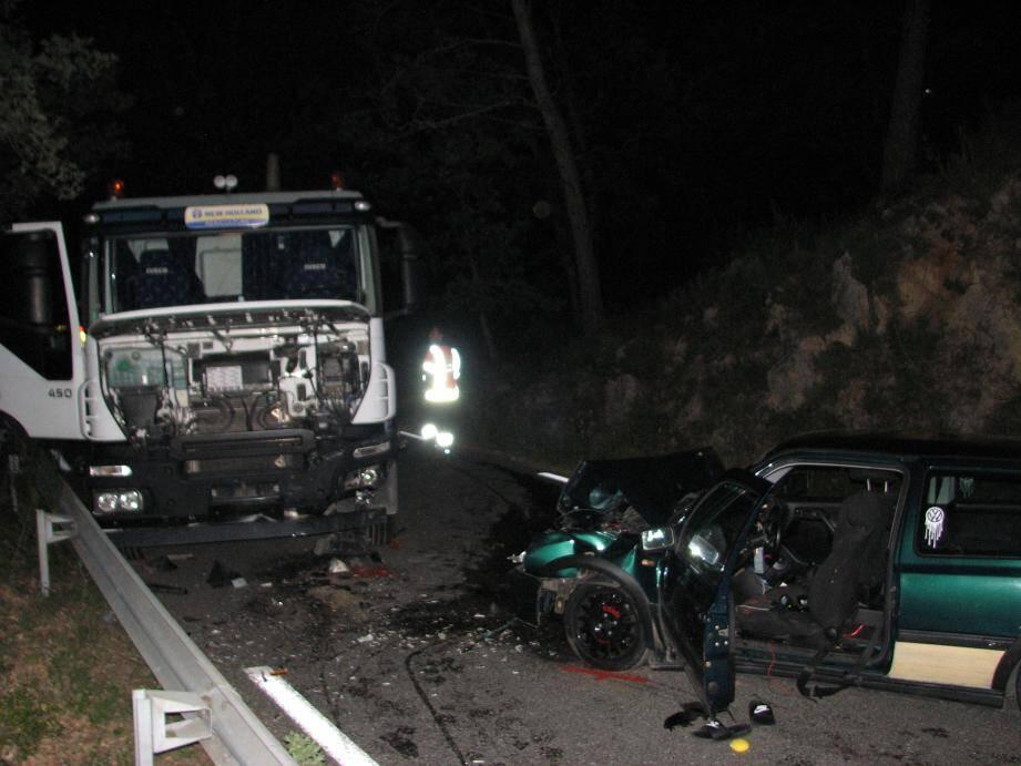 La voiture, qui transportait quatre jeunes, est entrée en collision frontale avec le camion.