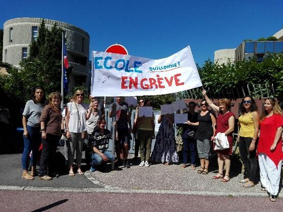 Les enseignants, soutenus par les parents d'élèves, sont en grève.