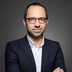 Avant de rejoindre Skema, Damien Roux a  occupé différentes fonctions marketing, communication et services au niveau corporate au sein du groupe IGS et du réseau Compétences & Développement (Idrac Business School, Ifag, EPSI....).