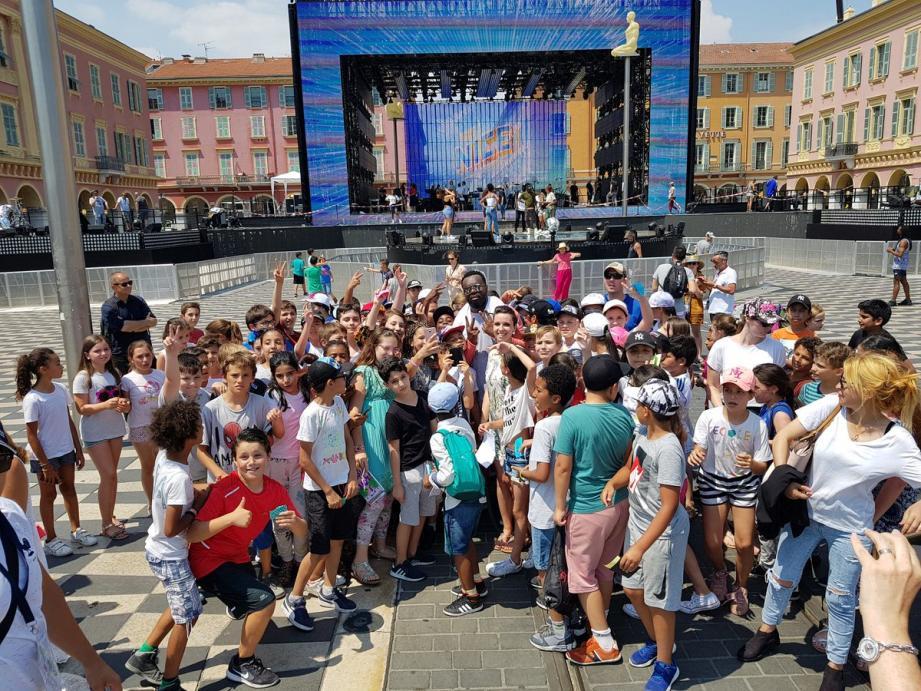 À quelques heures du lancement de la fête de la musique, 125 écoliers niçois posent aux côtés de leur idole, Maitre Gims