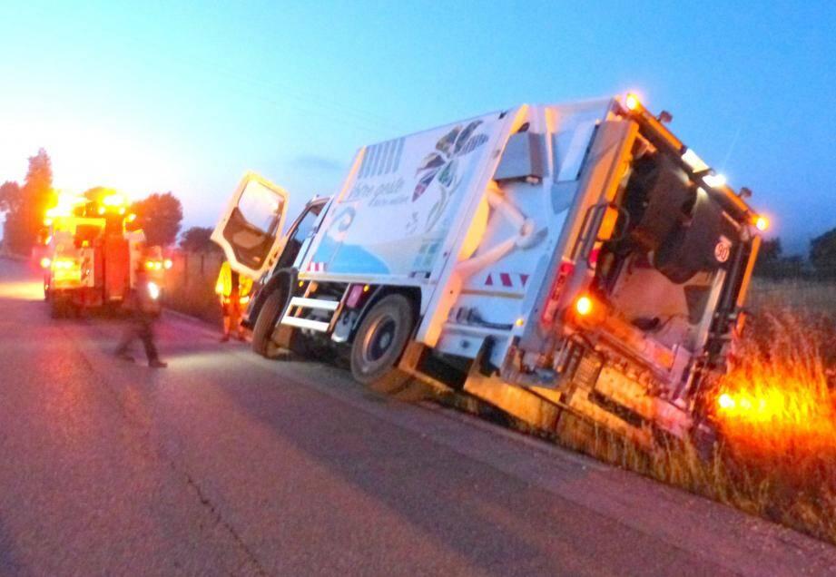 Le camion a été abandonné sur le bas-côté de la route, à Cuers