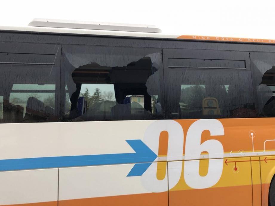Trois vitres du bus avaient volé en éclats.