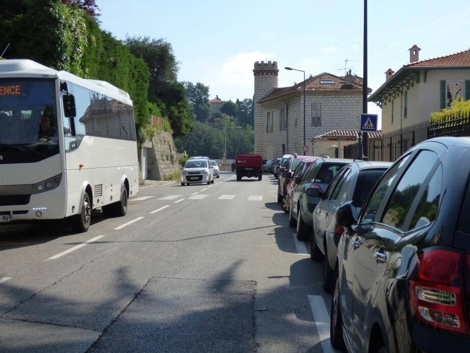 Devant la chapelle Matisse, les trottoirs seront élargis et le stationnement maintenu. Les arrêts-bus seront matérialisés sur les deux voies roulantes : il faudra attendre derrière eux.