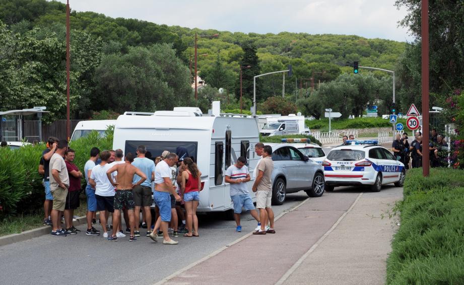 Mardi, les gens du voyage ont bloqué pendant près de deux heures la circulation sur le chemin des Eucalyptus, à AZntibes, après le refus de s'installer au stade Gilbert-Auvergne.