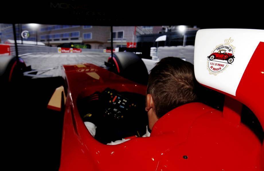 Résistance du volant, secousses, ceinture de sécurité qui se resserre au freinage… le simulateur donne, en seulement 8 minutes, une vraie idée de l'effort fourni par les – vrais – pilotes.