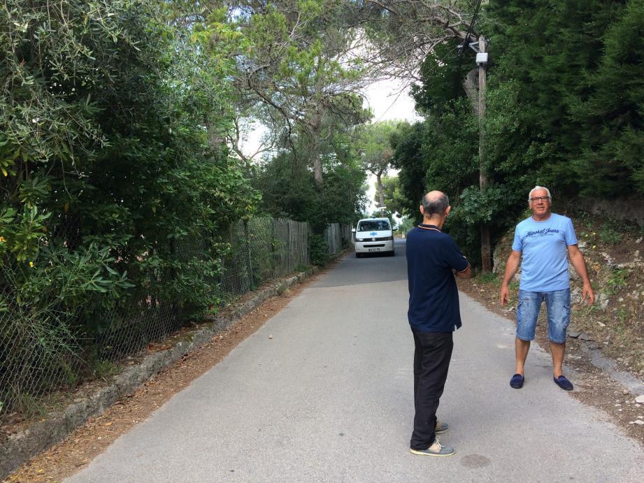 """Pour René Giuliani, membre du comité de quartier, """"on pourrait utiliser des engins plus petits, adaptés à la taille de notre route. Pour mettre en place une circulation alternée, pendant le chantier, et laisser passer les soins à domicile""""."""