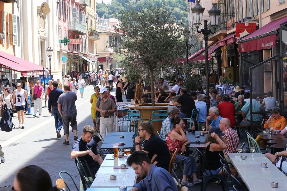 Les riverains dénoncent le bruit généré par les nombreux restaurants de la rue Saint-François-de-Paule.