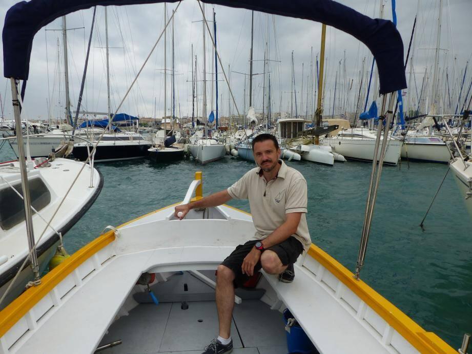Guillaume Bonvillain sur Le Césarine, une embarcation entièrement restaurée par l'association cagnoise Aventure pluriel, devenue bateau partagé.