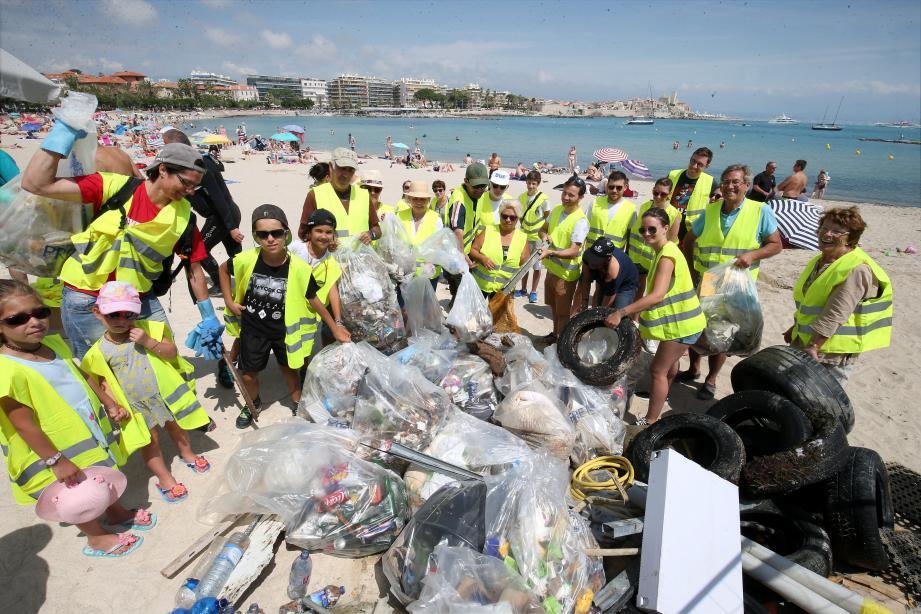 Nettoyage de la plage Ponteil par le collectif citoyen d'Antibes nettoyage plage