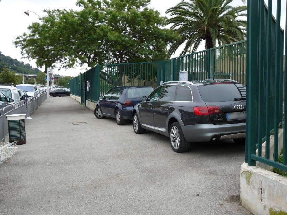 Exemple de stationnement anarchique devant l'école de Saint-Isidore.