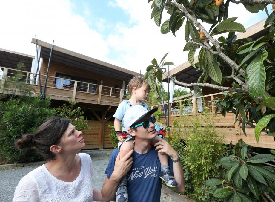 Une famille d'Alsaciens en train de récolter les nèfles de l'un des arbres bio de l'Ecolodge.