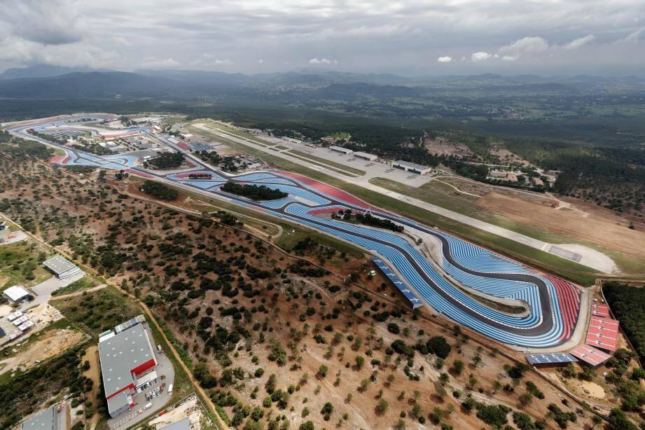 L'enceinte vue du ciel rappelle que c'est bien un aérodrome (aujourd'hui un aéroport) qui a d'abord été construit en 1960, sur le plateau de Signes, par l'entrepreneur marseillais Paul Ricard.