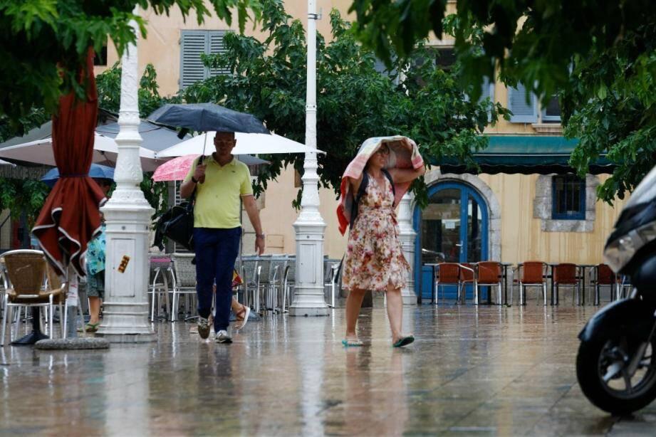 Une averse, place des Mûres à Toulon.