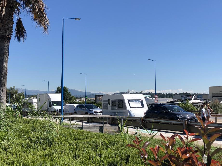 Les caravanes bloquées à l'arrivée sur le rond-point de La Canardière.