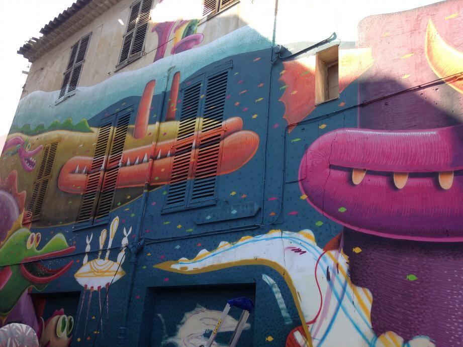 La fresque a été réalisée dans le cadre du lancement du festival des Nuits Carrées en collaboration avec la Ville d'Antibes.