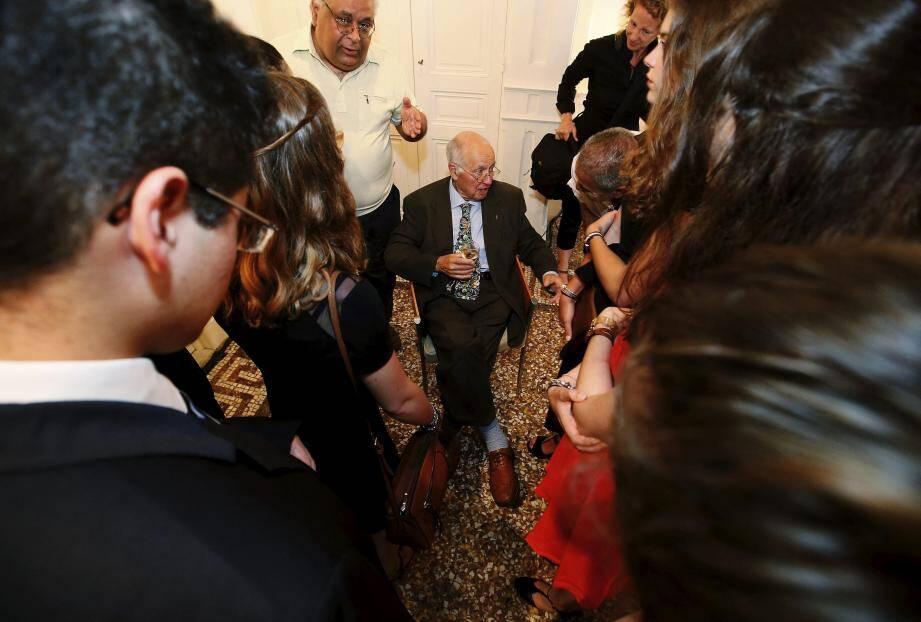 Sir Michael Atiyah, lauréat de la médaille Fields et du prix Adel, reçu en mairie d'honneur, discute avec des lycéens.