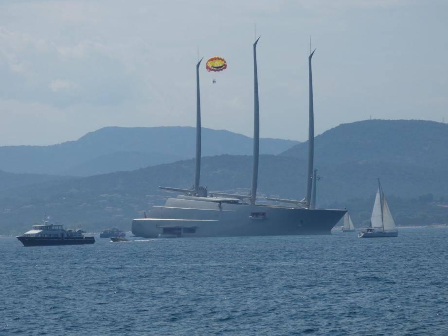 Le Sailing A, au mouillage dans le Golfe de Saint-Tropez.