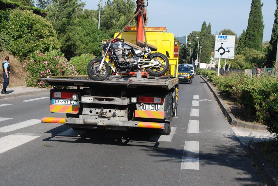 Le conducteur de la moto, très grièvement blessé, a été rapidement transporté par le SMUR à l'hôpital Sainte-Anne de Toulon.