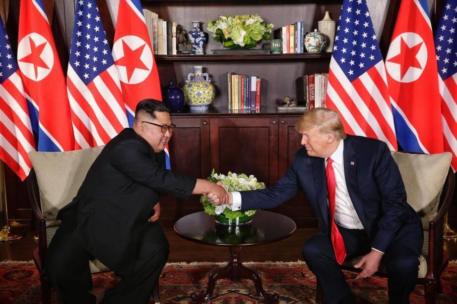 Donald Trump et Kim Jong Un ont échangé mardi une poignée de main historique, la première entre un président américain en exercice et un leader nord-coréen.
