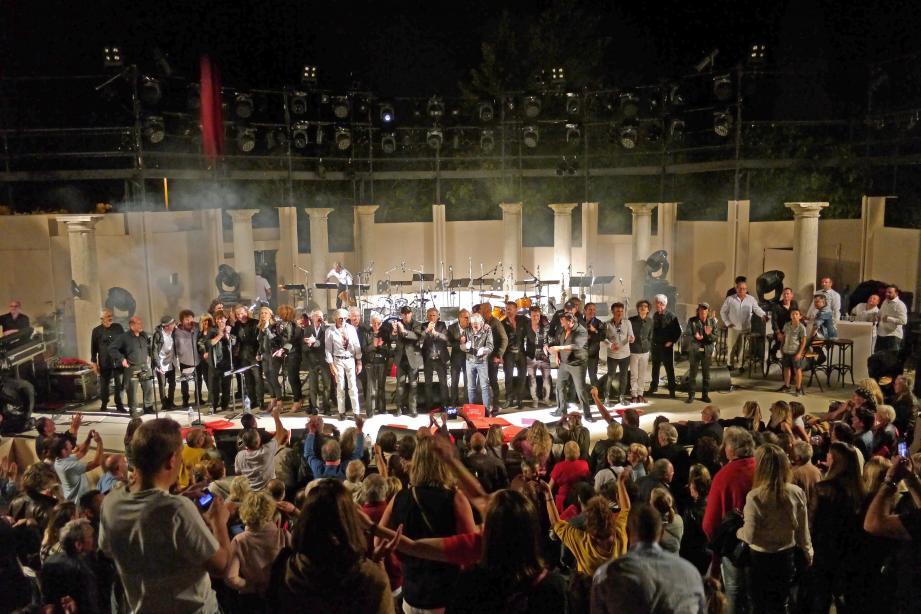 Les musiciens rassemblés pour le salut final.