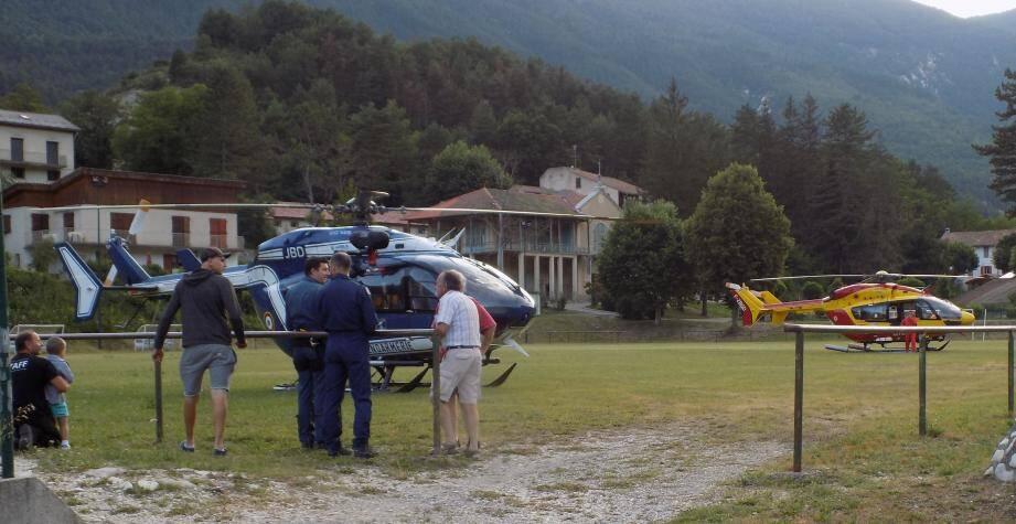 Les deux héicoptères qui attendent les victimes pour les transporter aux services des urgences de Nice.