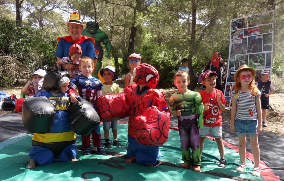 Les pitchouns dans les costumes de leurs héros.