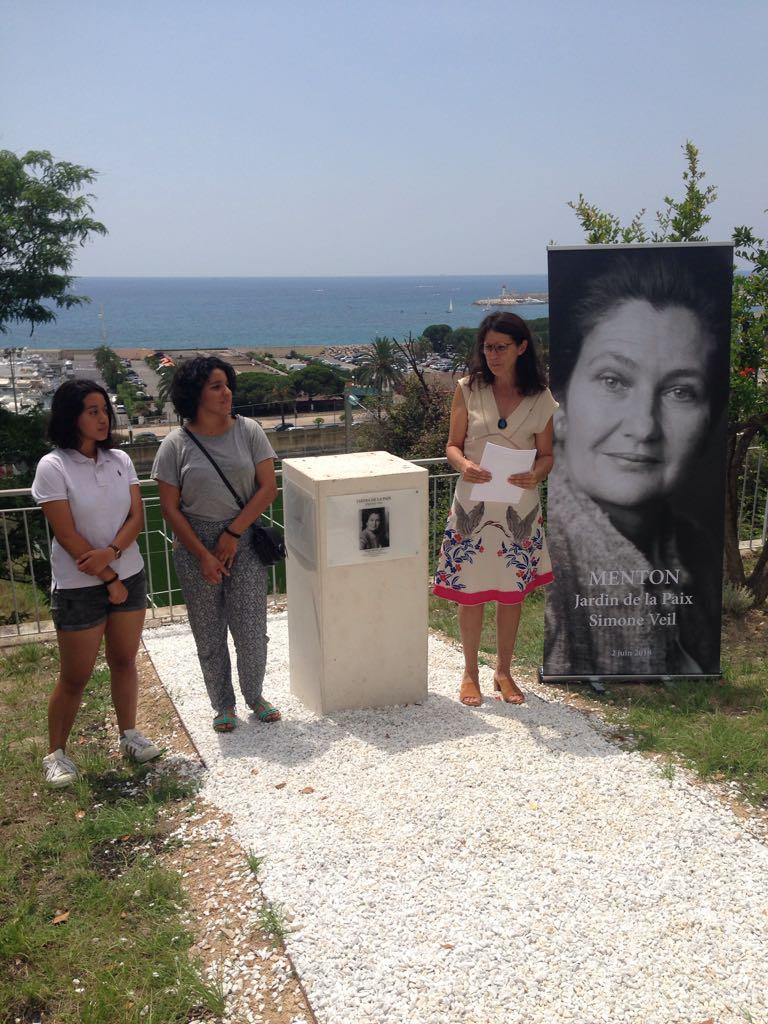 Florence Lagache, enseignante au lycée Curie et des élèves du groupe Jardin de la Paix lors de l'hommage rendu à Simone Veil. (DR)
