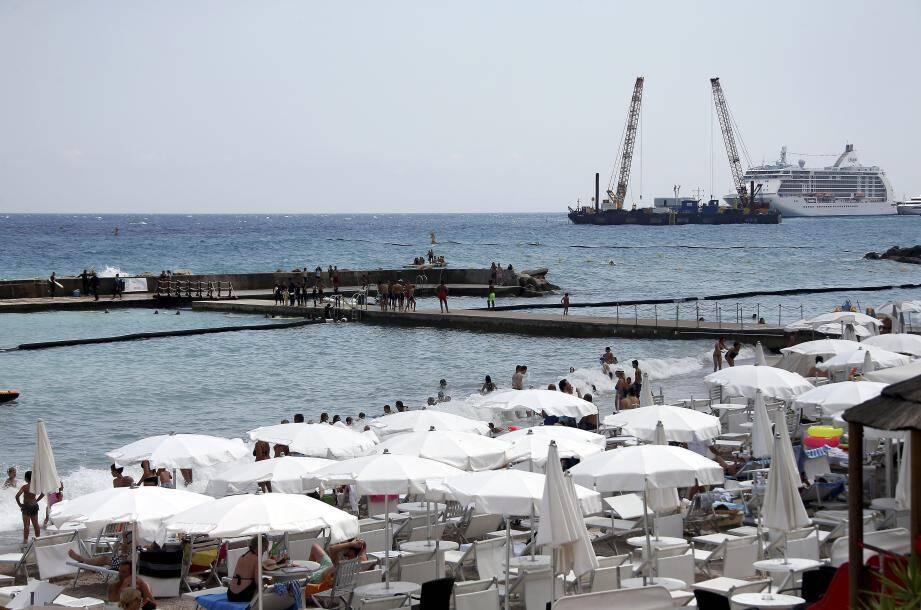 Les travaux de l'extension en mer, visibles, ne nuisent pas à la propreté du site selon les baigneurs.